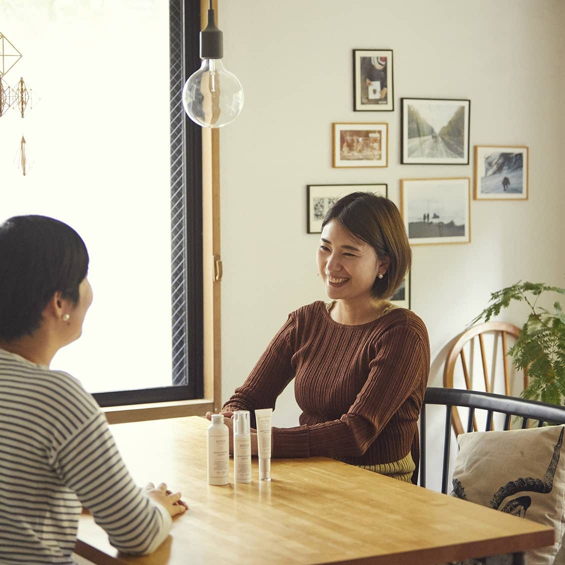 ETVOS PRの初坂さん。中学1年生と小学1年生姉妹のお母さんでもあります。